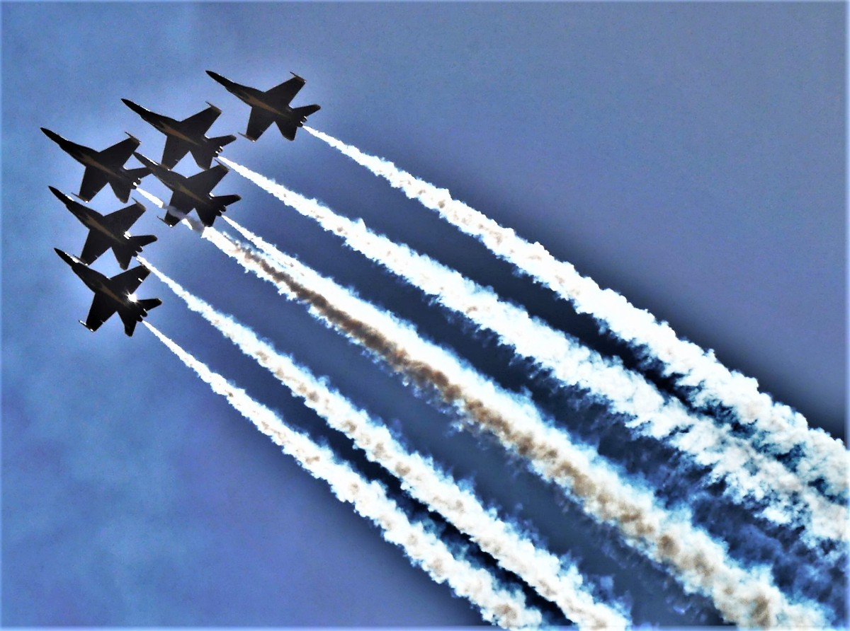 Blu Angel formation contrails