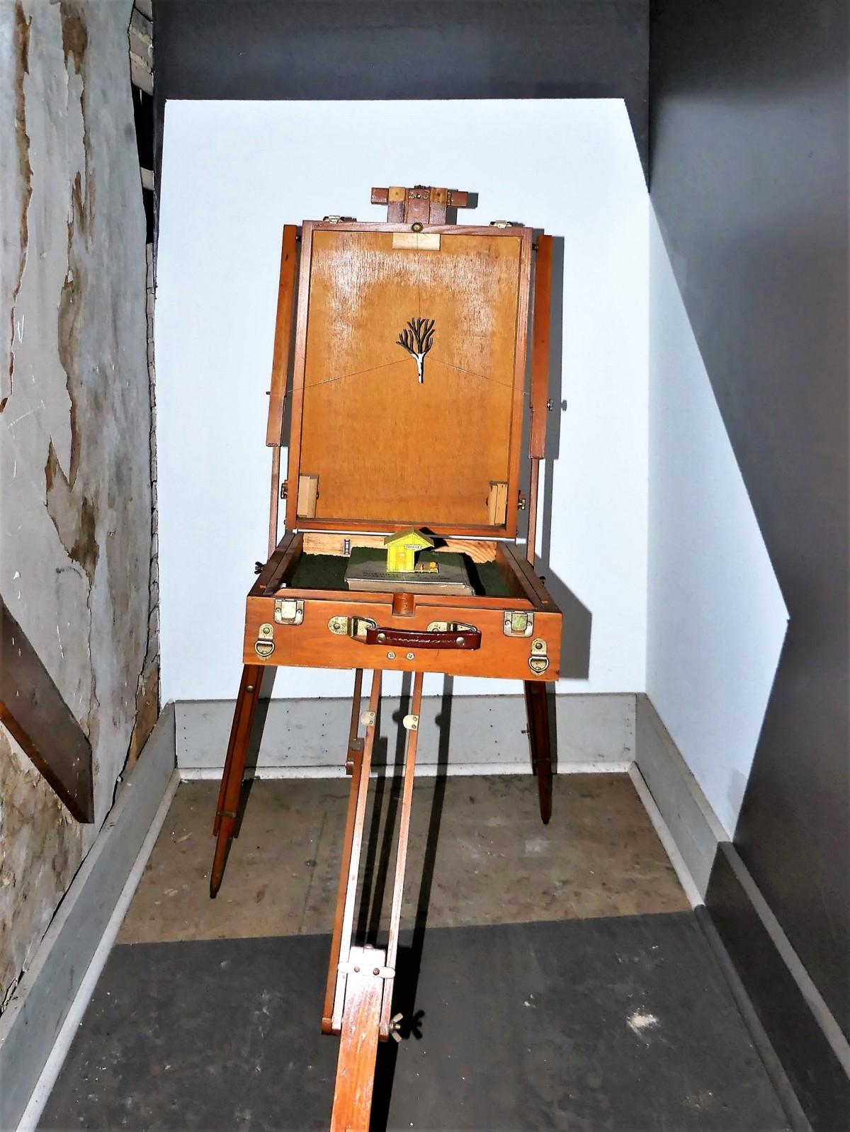 easel chair